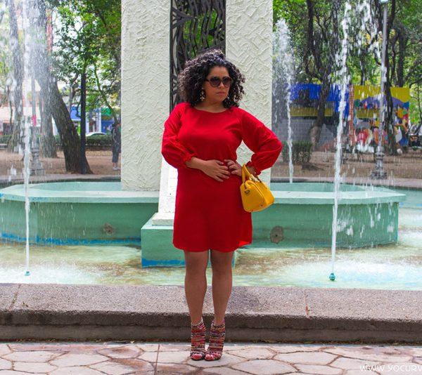 Look curvy vistiendo vestido rojo de Violeta by Mango