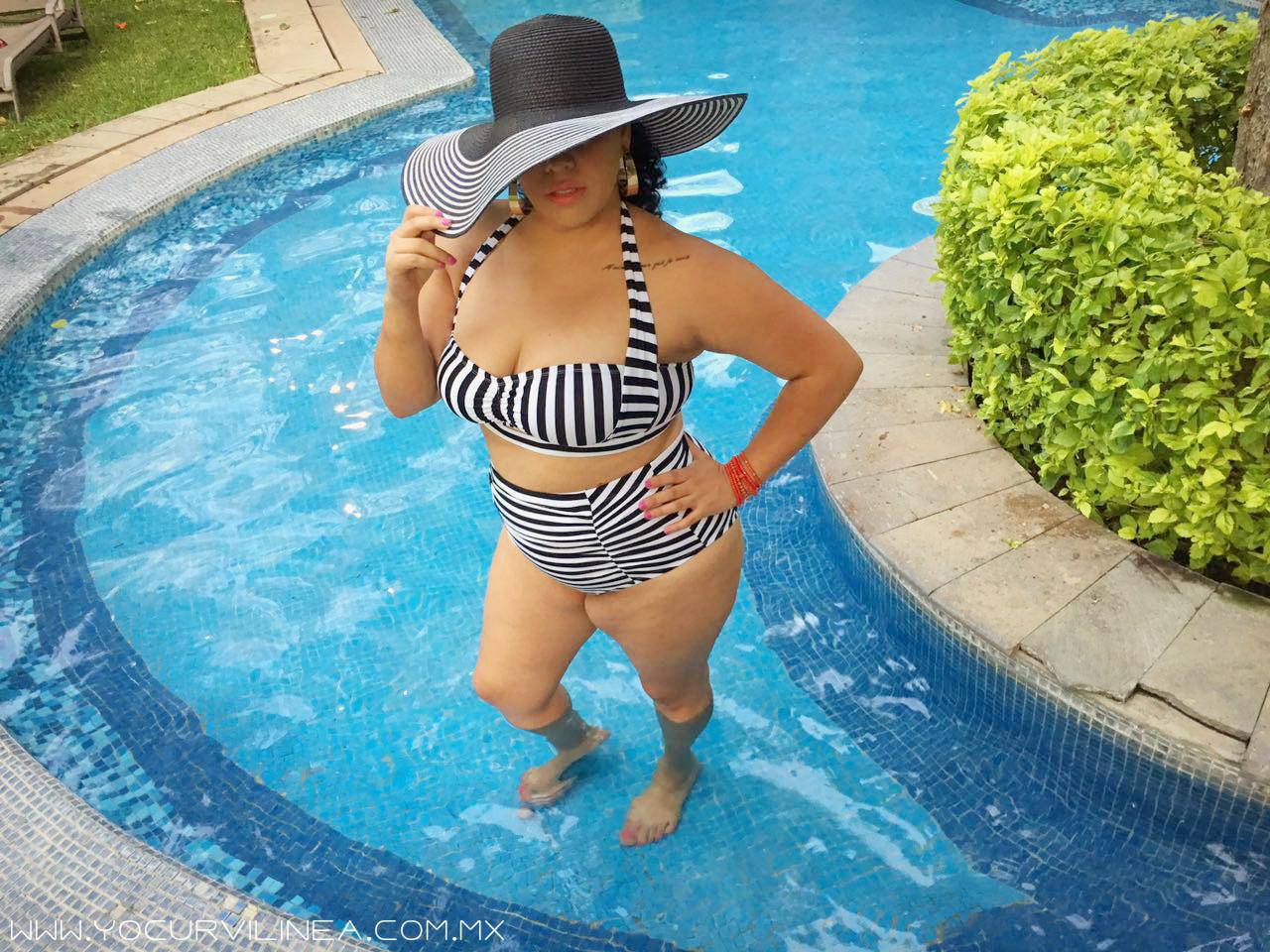Swimwear en curvas: Fatkini de rayas